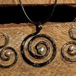 Örhängen och halssmycken av järn och silver från Eva Melin